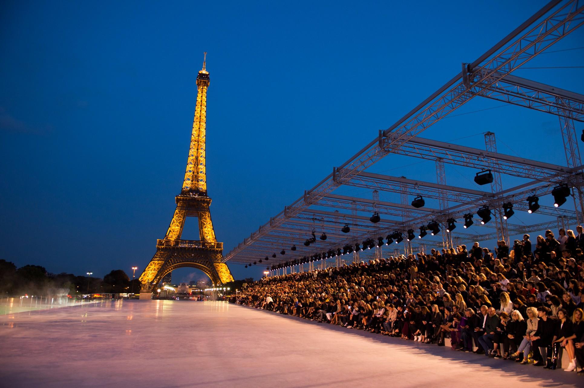 saint laurent rs18 1550b من تحت برج إيفيل ،أضواء سان لورين تشع موضة على العالم  من باريس