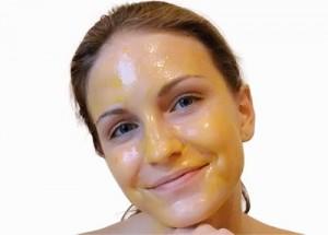 Egg yolk on the face 300x215 اصنعي القناع الطبيعي الذي يلائم بشرتك