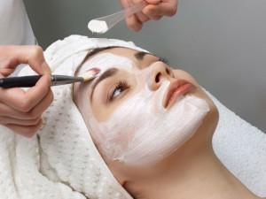 pros and cons of face bleaching 300x225 اصنعي القناع الطبيعي الذي يلائم بشرتك