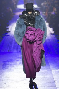 IMG 2799 200x300 مارك جيكوب يختتم اسبوع الموضة في نيويورك باغرب الاطلالات